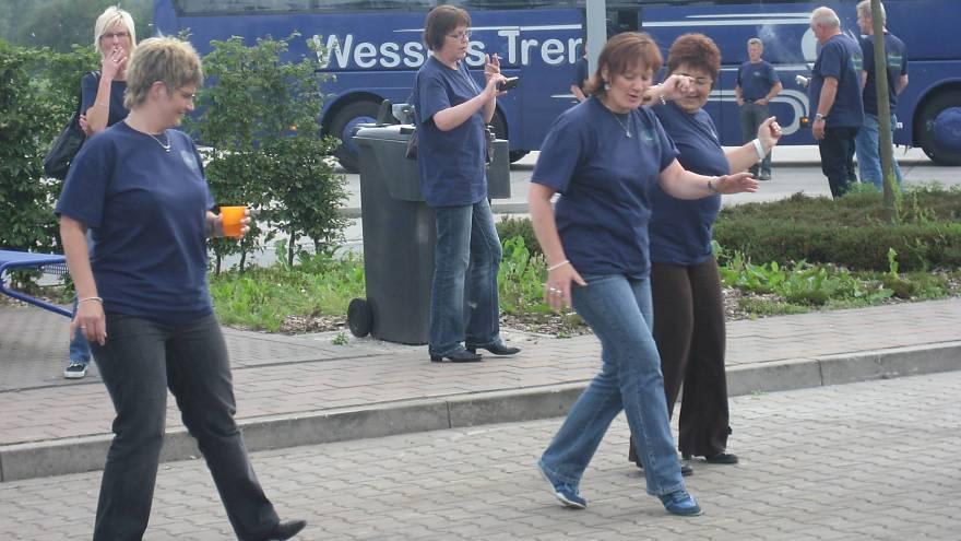 Tanzen geht immer - hier auf dem Parkplatz eines Autohofs -Volkstanzgruppe Schwefingen