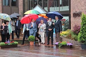 Eröffnung unterm Regenschirm: Hermann Bröring, Annegret Brans, Werner Schräer, Carsten Hiebing